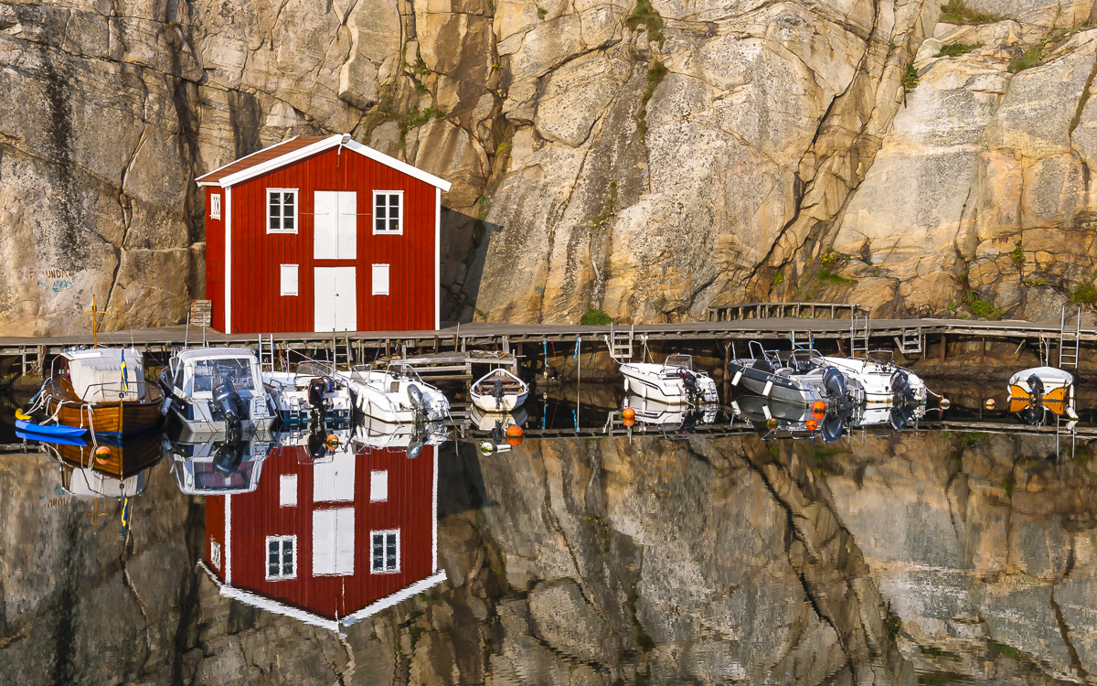 Rotes Fischerhaus im Hafen von Smoegen